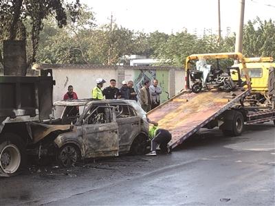 轿车追尾自燃 多位司机参与灭火
