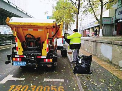 清落叶净环境 城关环卫工人16小时清扫清运落叶50余吨