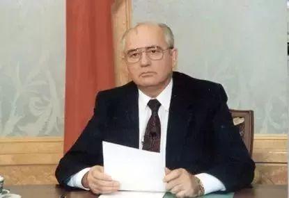 1991年12月25日晚,戈尔巴乔夫发表辞职讲话,同时克里姆林宫上空的苏联国旗被撤下