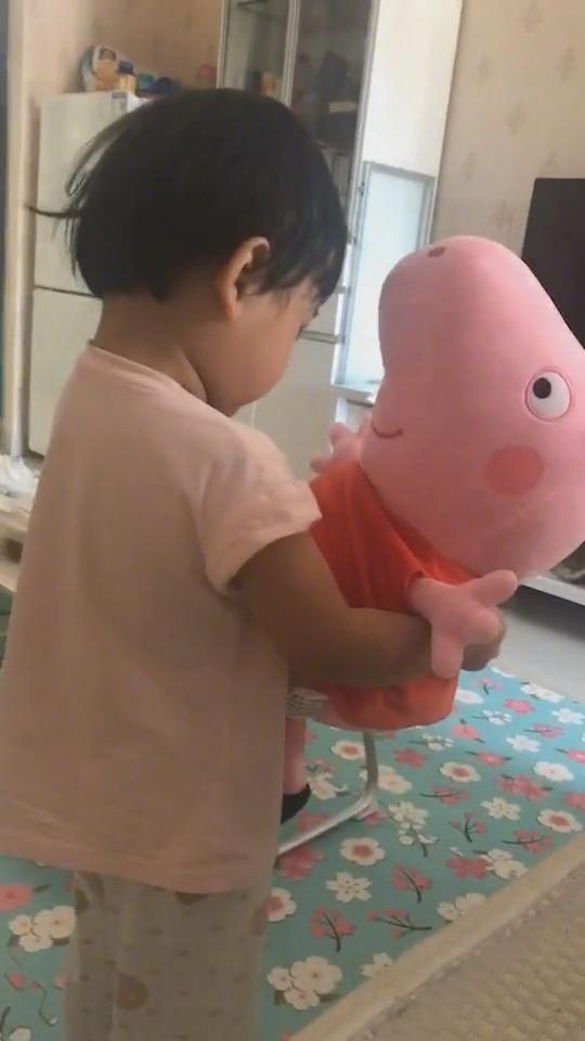 被妈妈批评了后,委屈巴巴的找小猪佩奇诉苦!