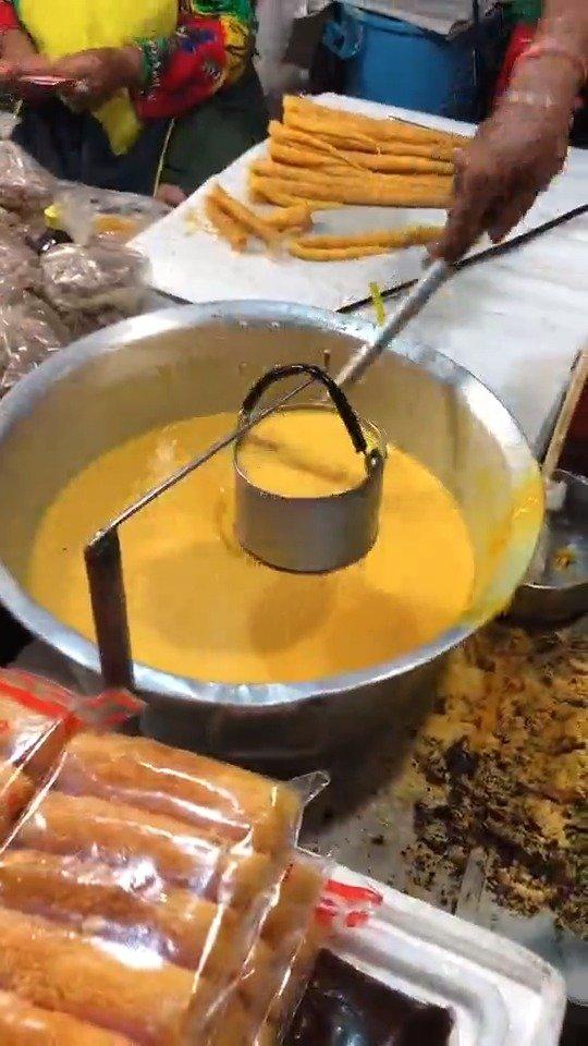 感受一下泰国卖鸡蛋卷的,这一个鸡蛋能用一天吧?