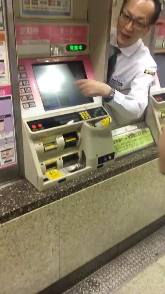 买地铁票,按了求助之后,售票机钻出来一个人,一个活人。。