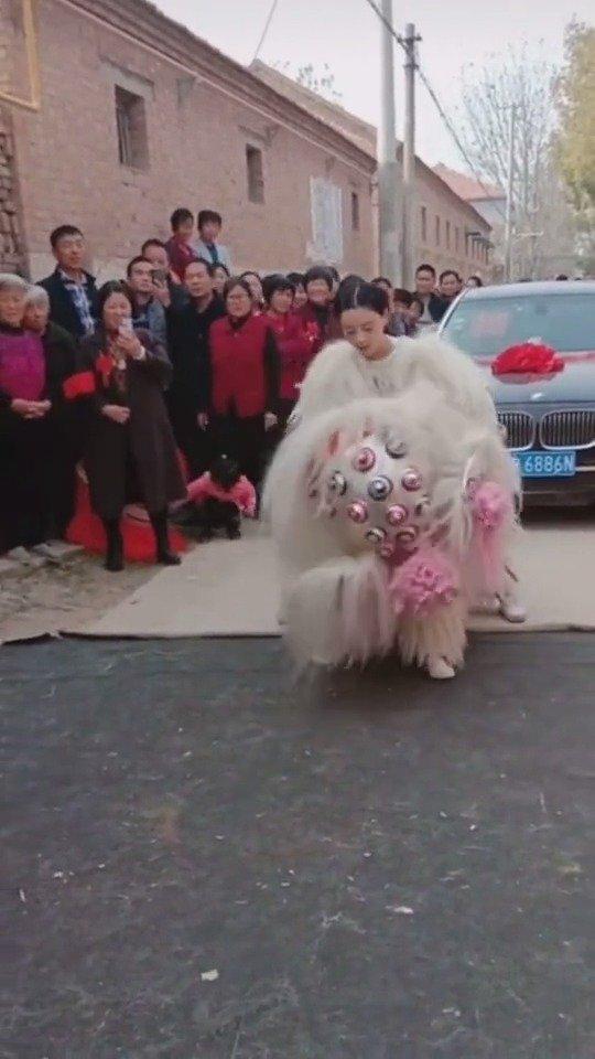 结婚当天,新娘为自己舞狮,当你举起狮头那一刻,你最美[good]
