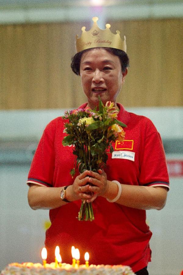 宁泽涛恩师叶瑾泳池过生日 62岁女帅已执教44年