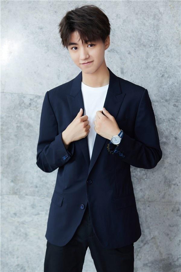 5月24日,王俊凯留着清爽帅气的短发,身穿一袭英气十足的深色西装,现身