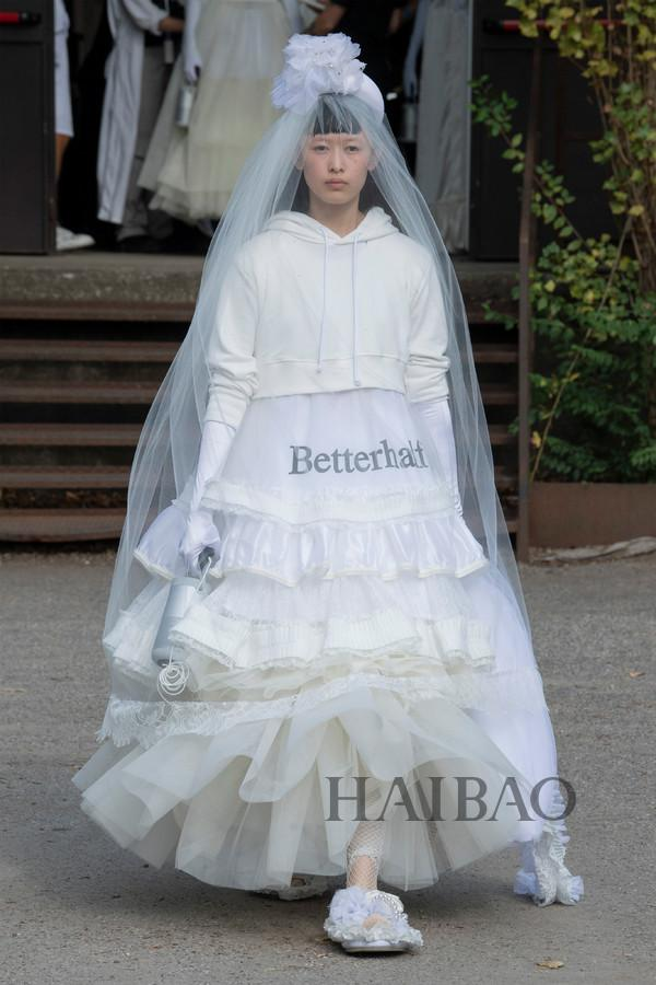 MM6 2020春夏系列,畅游奇妙新世界,颠覆婚纱的刻板印象