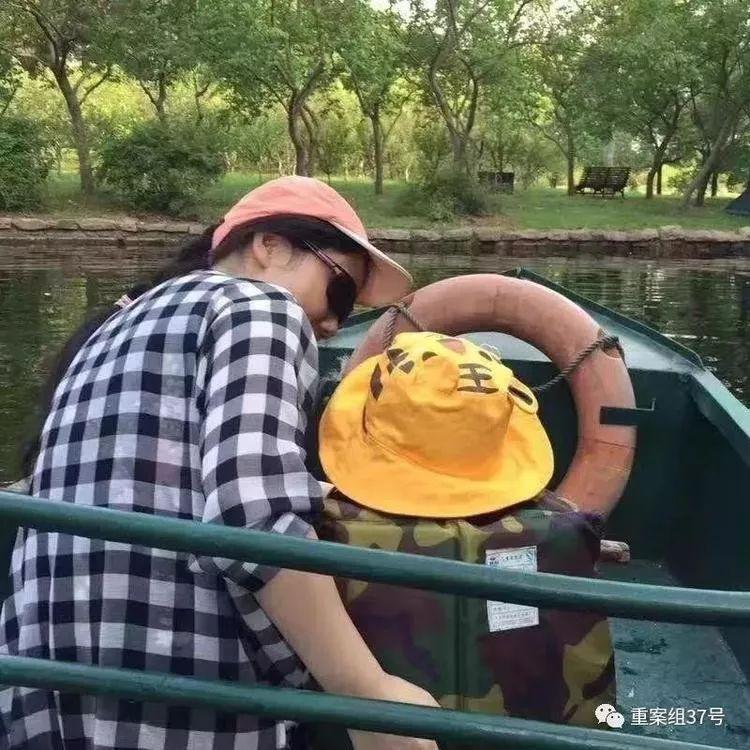 ▲张萌取女子一同出游。图/新京报网