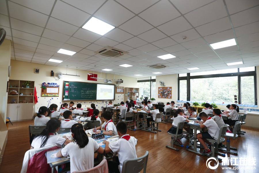 湖北省仙桃市一高中今晨发生刑案,两名女生死亡
