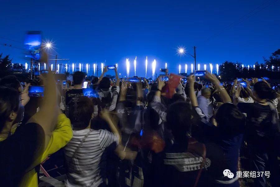 ▲2019年10月1日,珠市口,市民拍攝煙花表演。新京報記者 李凱祥 攝