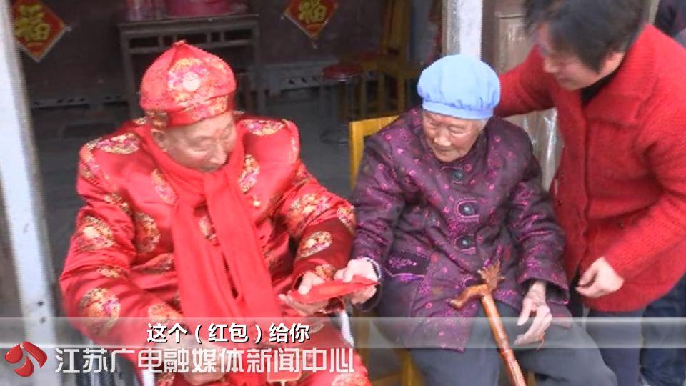 弟弟过百岁生日,102岁姐姐送红包上门,祝他生日快乐!