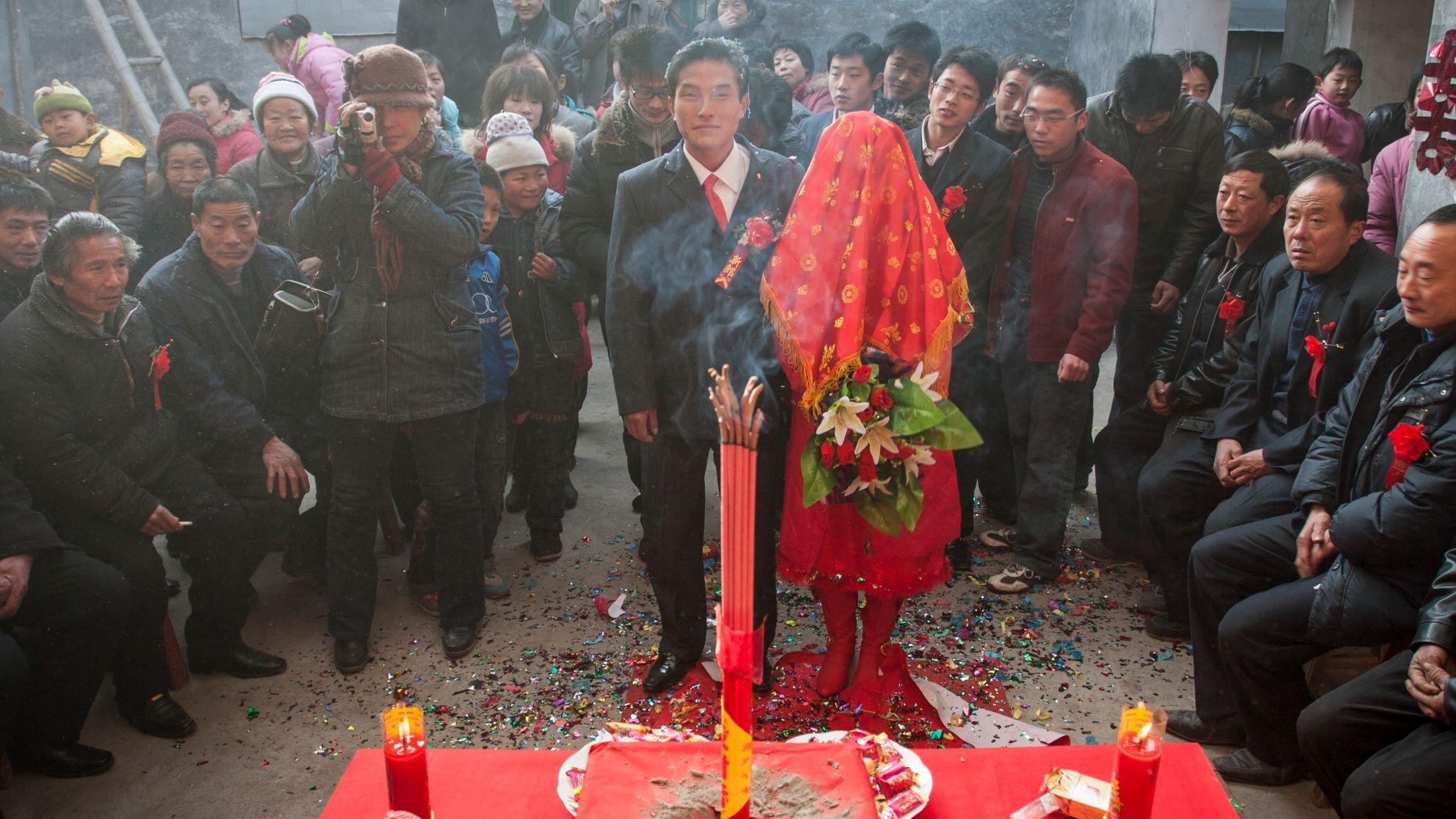 2009年1月,村民刘岱全的儿子在家里举行婚礼。受访者供图