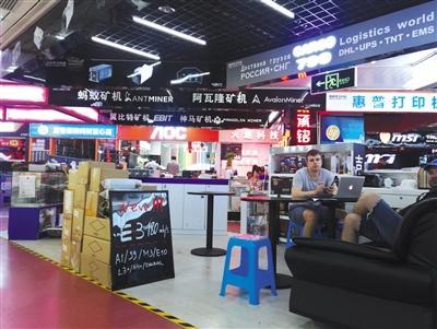 5月4日,深圳华强北赛格电子市场内,一些外国客户正在咨询矿机价格。