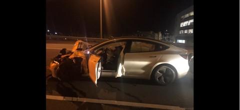 特斯拉Model 3在自动驾驶模式下撞向康涅狄格州路边两辆汽车