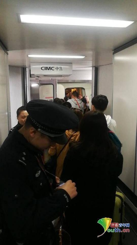 警方在飞机上实施抓捕