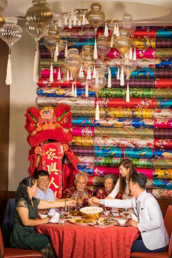 三亚美高梅用热气球、年夜饭及娱乐表演玩出年味