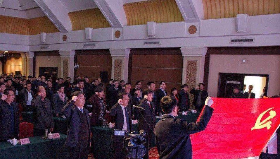 党员干部和党员代表重温入党誓词。