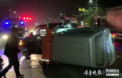紧急!淄博一路段两辆面包车相撞,其中一车侧翻司机被困