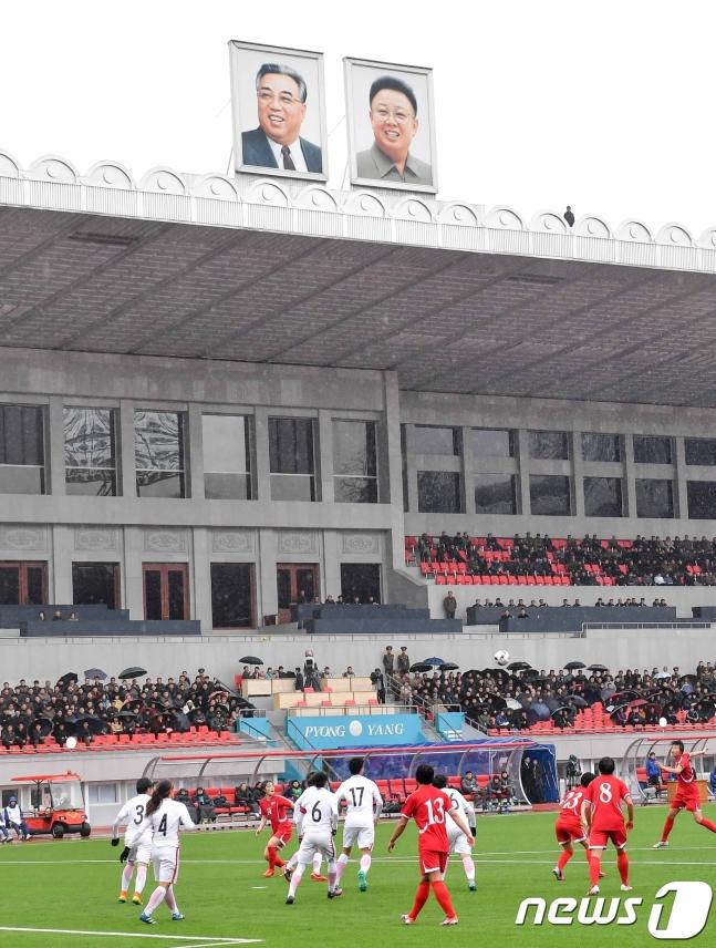 图为仄壤金日成运动场,15日晨韩对决赛将正在此演出。(news 1)