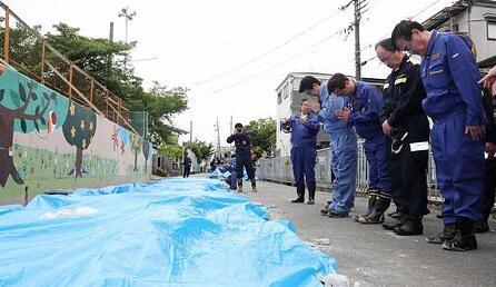 安倍赴大阪地震灾区 为地震遇难女童献花默哀(图)