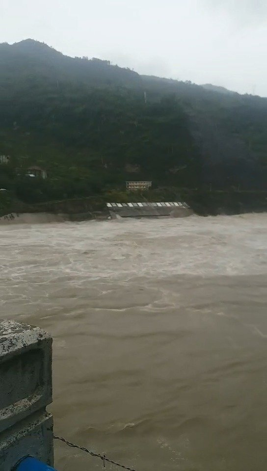安康旬阳蜀河镇洪水漫上街道,一层商铺进水被淹
