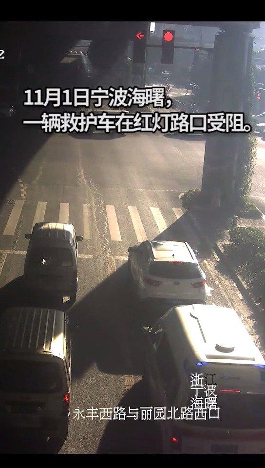 真暖!救护车路口遇红灯受阻,幸好有他们…