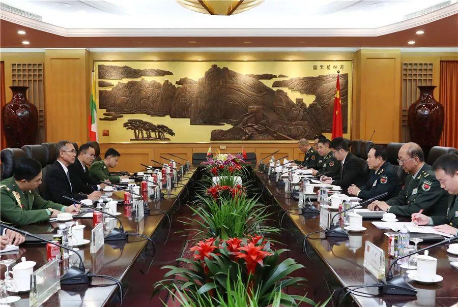 10月20日,国务委员兼国防部少魏凤战正在八一年夜楼取去华列席第九届北京喷鼻山论坛的缅甸国防部少衰温举办漫谈。李晓伟摄