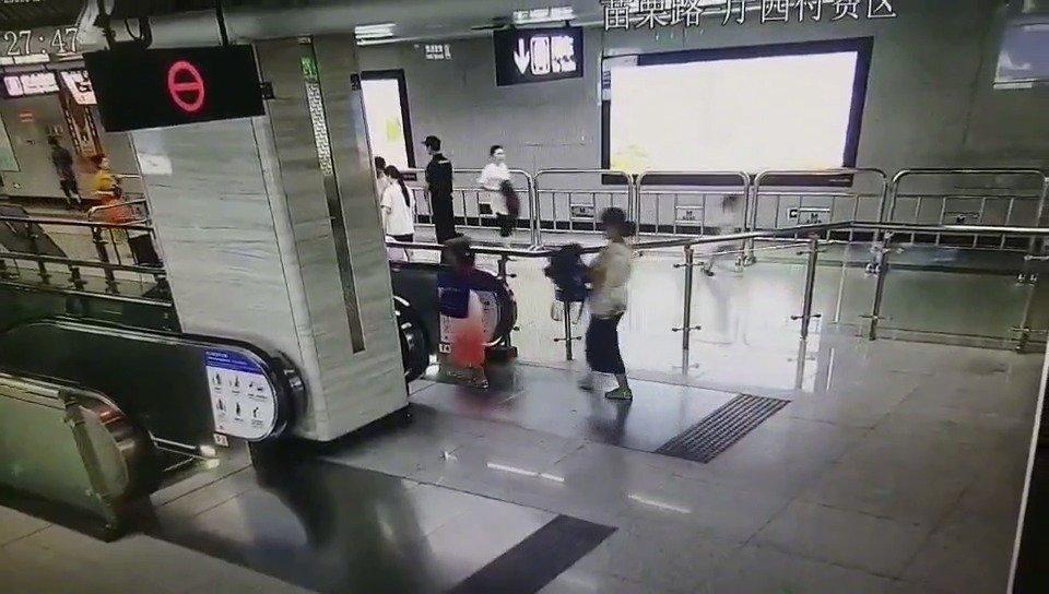 """地铁站里幼童跑向下行电梯 辅警伸手上演""""最美拦截"""""""