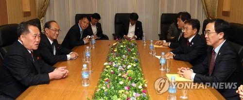 当地时间10月5日下午,在平壤市高丽酒店,赵明均(右一)和李善权(左一)共同主持高级别代表团磋商。(图片来源:韩联社)