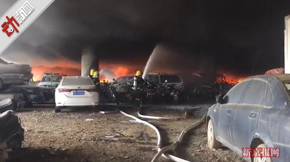 现场:福建莆田一停车场发生火灾 浓烟冲天 未造成人员伤亡