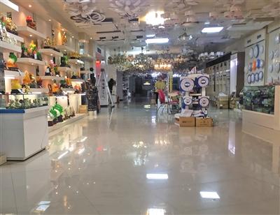 灯饰店铺里面向内延伸的空间达数十米,摆放着各类形式多样的灯饰.
