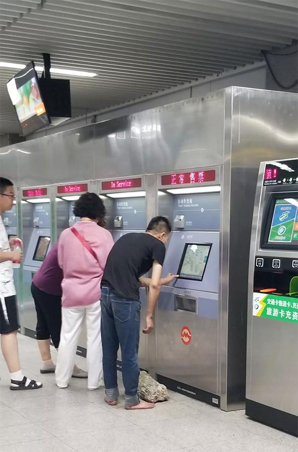 """赤脚男抱着大石头想坐地铁 称去寺院""""苦练"""