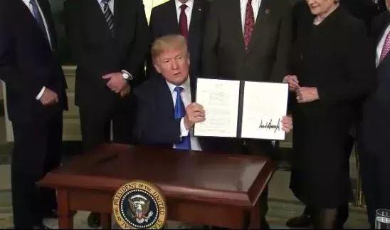 ▲特朗普正式签字 视频截图