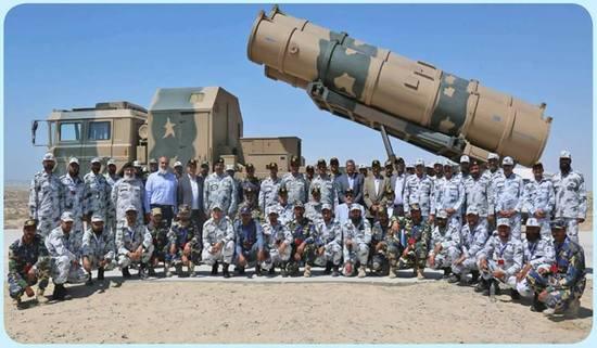 巴基斯坦军方人员在Zarb导弹发射车前合影(图片来源:社交媒体)