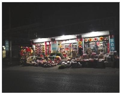 3月29日,村内一家营业到十一点多的殡葬品零售批发店。