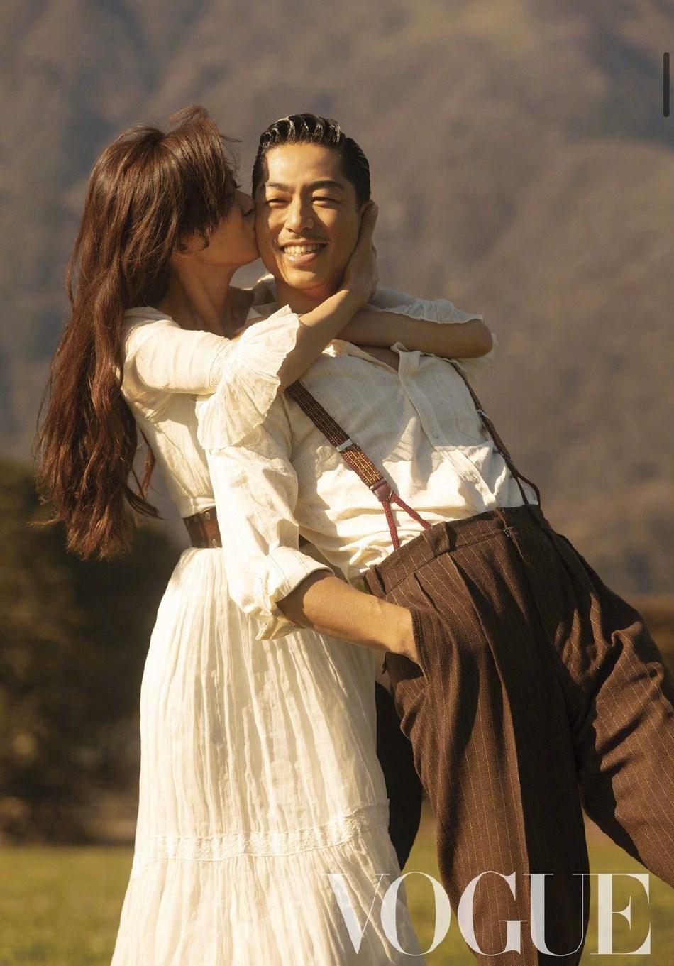 林志玲上Akira封面 亲密坐老公腿上画面甜蜜感十足
