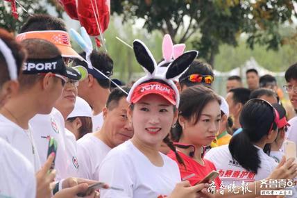 齐河马拉松 戴着兔子耳朵,领跑员们牵着的气球可有大用处