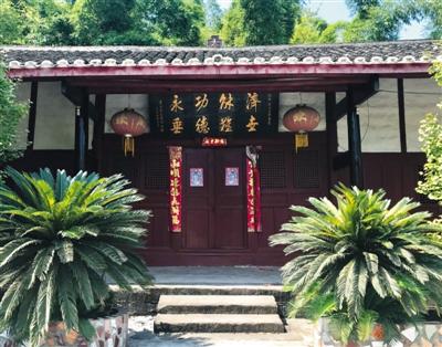 肖家老宅,挂着当地警方赠送的牌匾。B04-B05版摄影/新京报记者 赵毅波