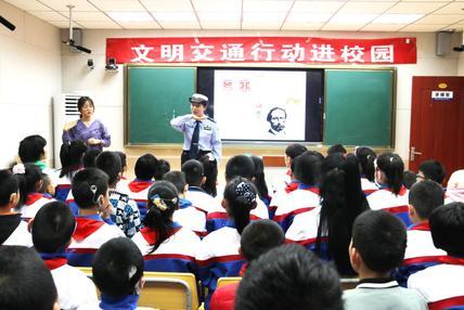 """交警自学""""手语""""为聋哑儿童讲交规,这是一堂特殊的安全课"""