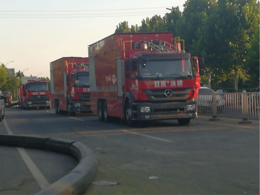 来自山东日照的三辆消防车停靠在邻村的主干道中央 图:GT/胡雨薇