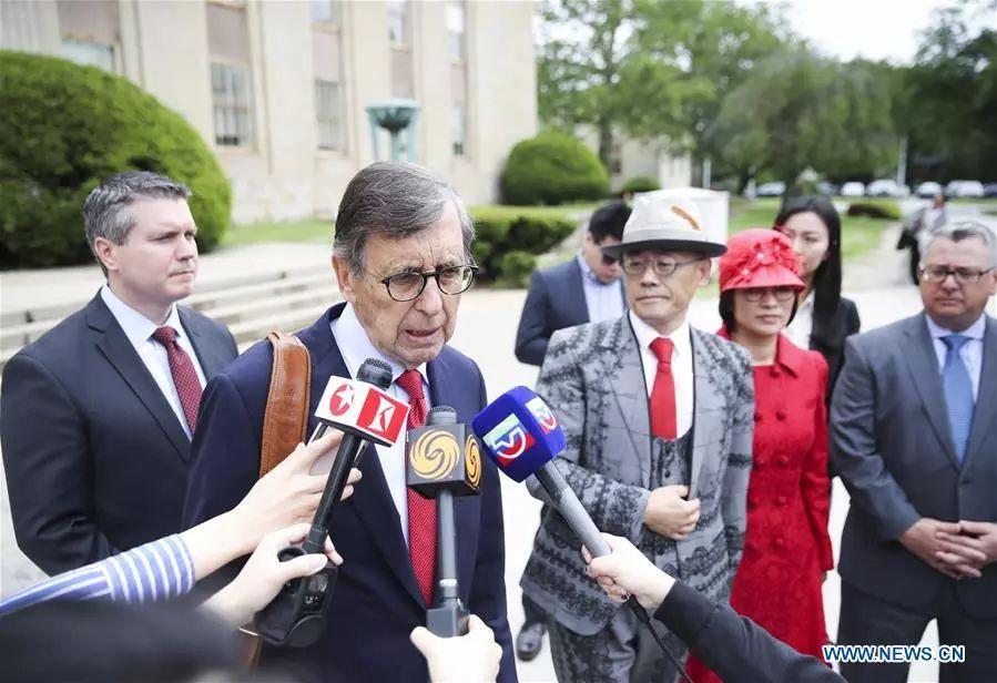 ▲律师斯卡林接受媒体采访 图据新华网