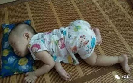 这熊孩子的睡姿是有多享受 劈叉式 网友@笨女人的幸福人生:我家娃姿势
