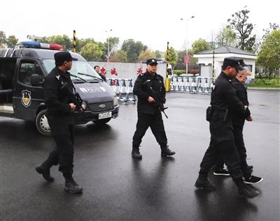 """3月26日,""""杨梅命案""""嫌疑人被押回仙居县。仙居县公安局供图"""