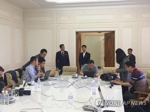 图注:外国记者团在朝鲜元山媒体中心