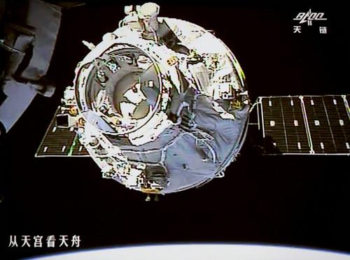 图为北京航天飞行控制中心大厅大屏幕上显示的天舟一号向天宫二号靠拢的画面(2017年4月22日摄)。新华社发