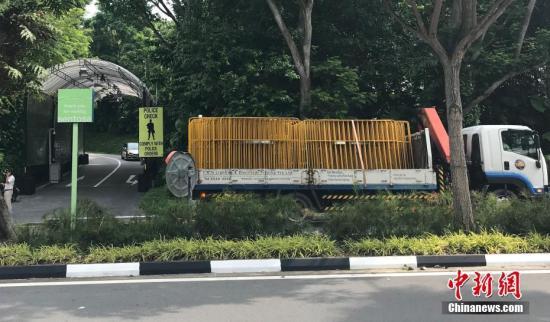 目前,嘉佩乐酒店门口已在清场,有施工人员在酒店门口架设黄色围栏。 中新网记者 孟湘君 摄