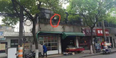 女孩差点摔下二楼!听说竟然是小猪佩奇救了她…