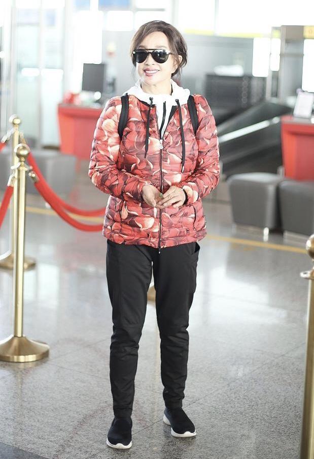 64岁刘晓庆穿花棉袄现身机场接地气,嘴唇保养过度似香肠