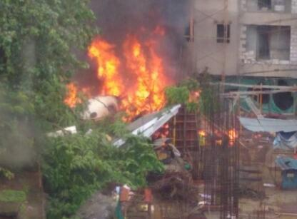 印度一架飞机在孟买坠毁后起火 已致5人死亡