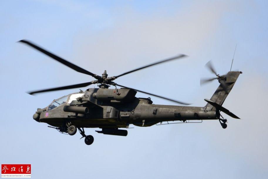 资料图:美军AH-64武装直升机正在进行战斗飞行训练。