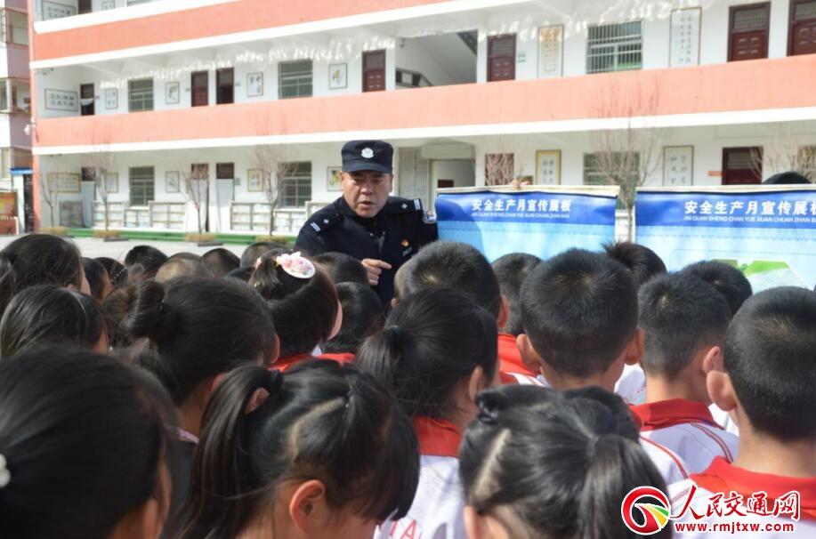 [热文]陕西延安铁警进校园讲好寒假安全课